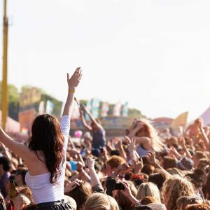 crowds-enjoying-themselves-at-outdoor-music-P4CNS8V.jpg